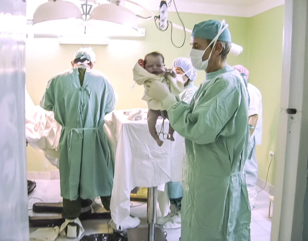 Bebé recién nacido en paritorio